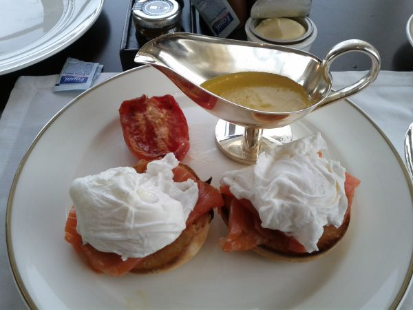 park-hyatt-abu-dhabi-resort-and-villas-breakfast-smoked-salmon-eggs-benedict-sause-on-the-side