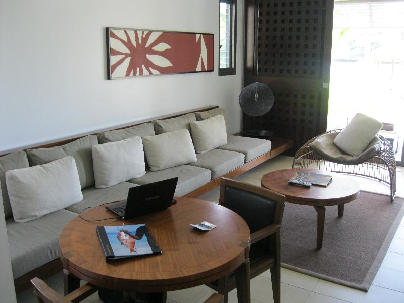 intercontinental-fiji-suite-2112-livingroom-sofa