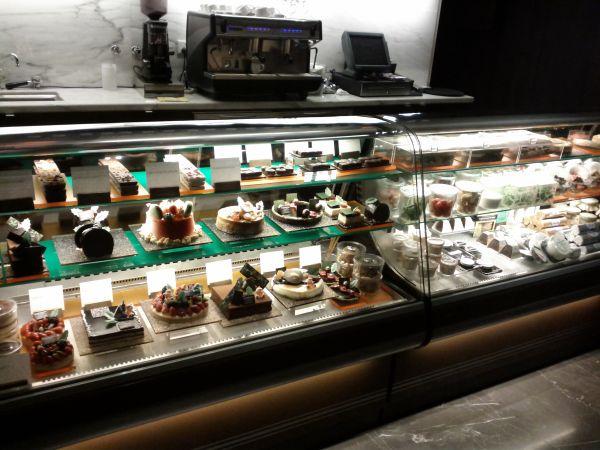 westin-abu-dhabi-golf-resort-spa-the-lounge-cakes